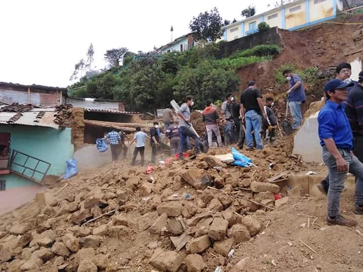 derrumbe sepulta viviendas en Ancash