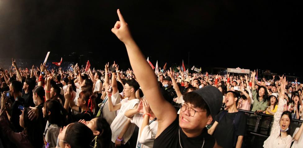 Wuhan realizó su multitudinario concierto sin mascarillas